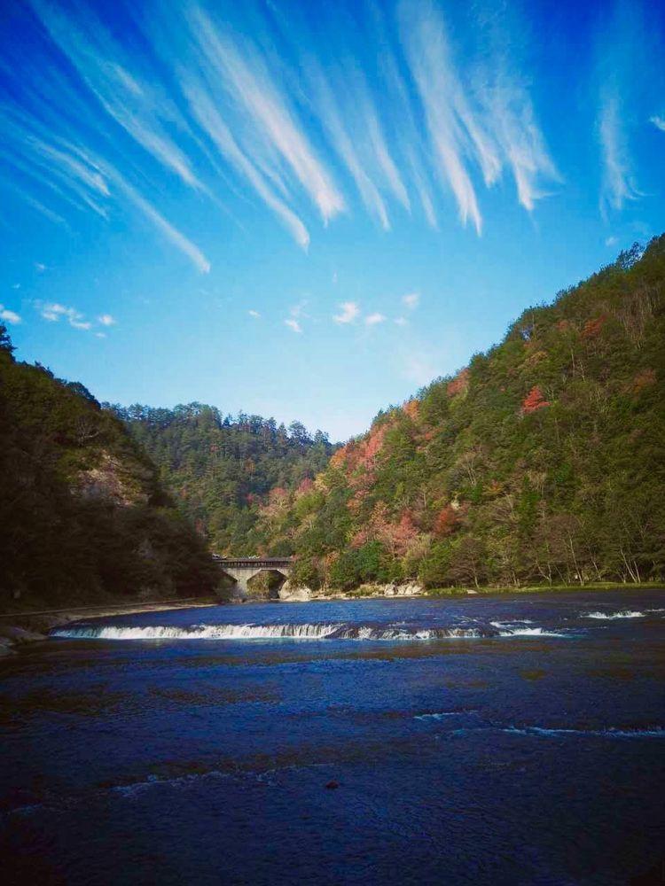 新闻资讯 景区动态      玻璃栈道与河床相映     霜叶与秋絮纷飞
